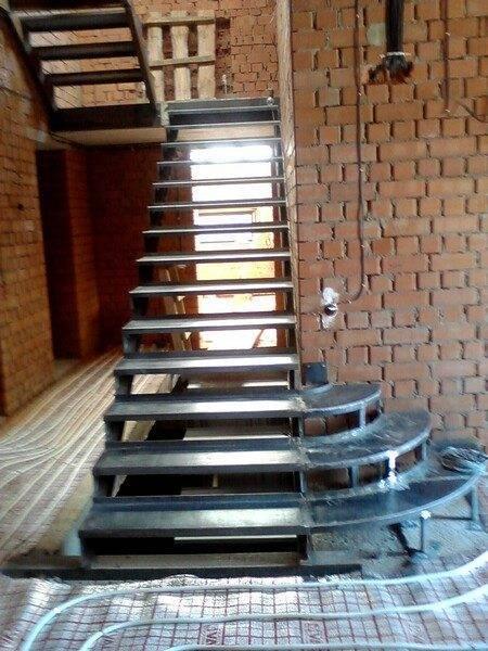 Один из вариантов лестницы из металла