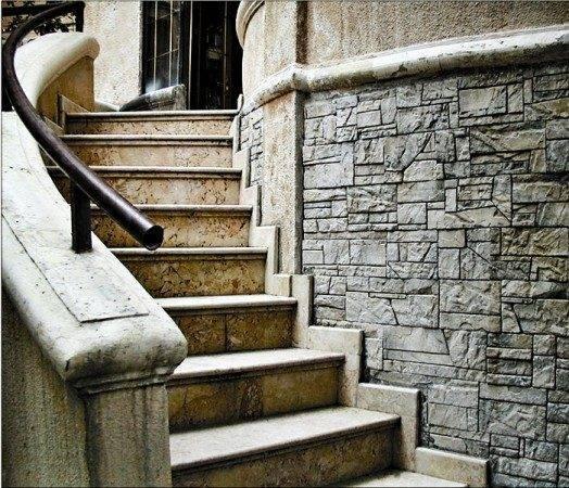 Оформление входа в дом с помощью камня