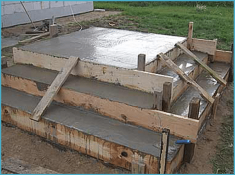Опалубка ступеней, залитая строительной смесью
