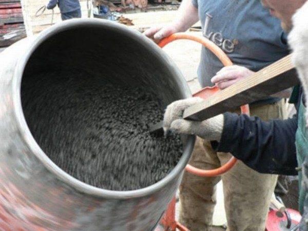 Осуществление замеса бетонного раствора