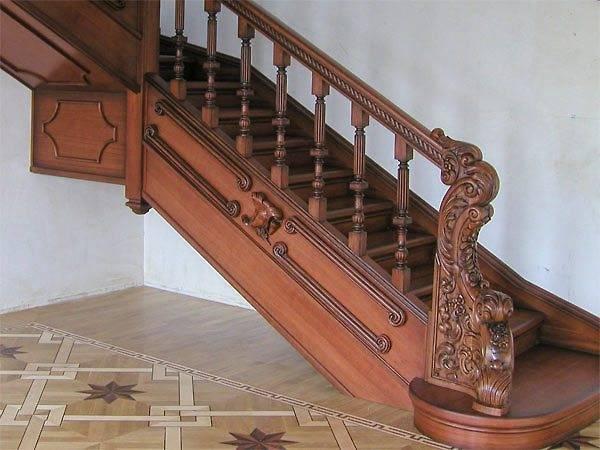 Отделанная деревянная лестница