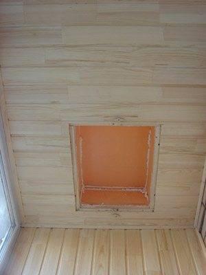 Отделка пожарного люка на потолке балкона