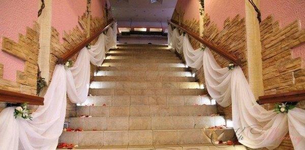 Отделка стен лестничных маршей декоративным камнем