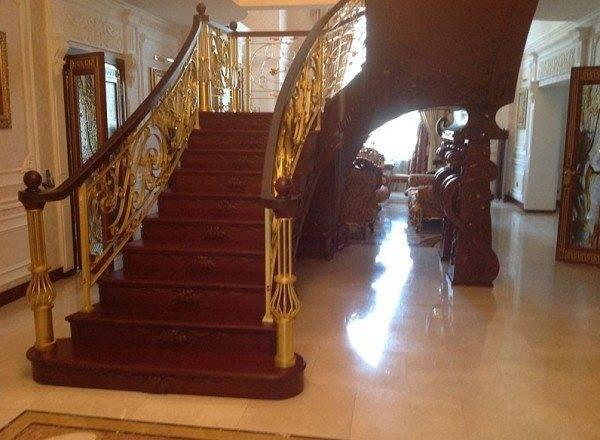 П-образная лестница из красного дерева