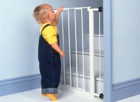 Перегородки на лестницу от детей делают маршевые модели межэтажных конструкций абсолютно недоступными для особо любознательных шалопаев.
