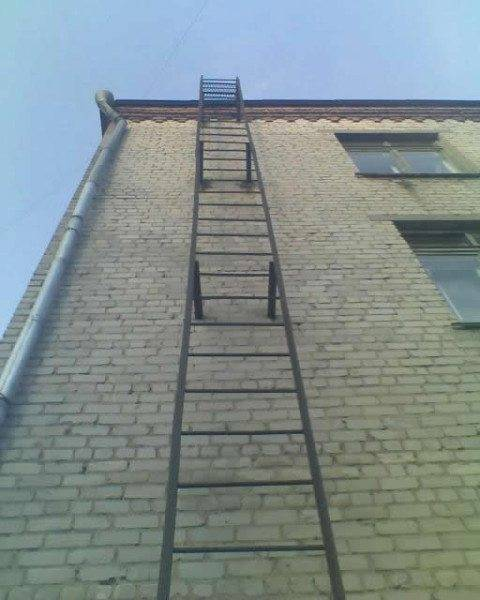 По вретикально расположенным ступеням тяжело и спускаться , и подыматься