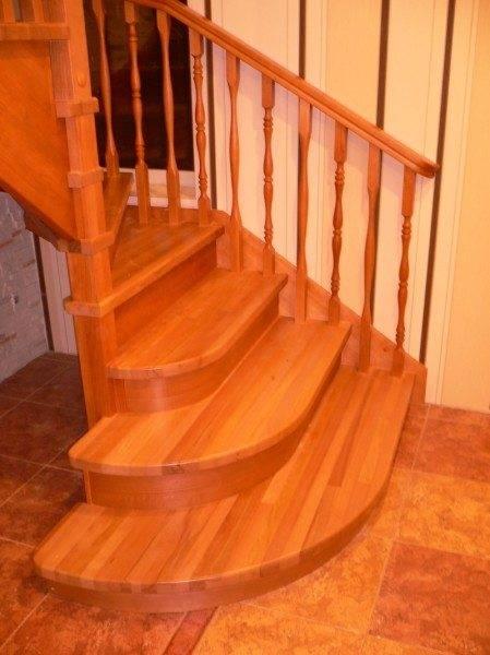 Подиумные ступени позволяют настроиться на правильный шаг, поднимаясь по лестницам с забежными ступенями