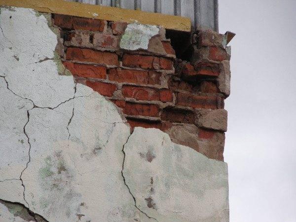 Подобные разрушения в здании не могут обеспечить надежного соединения лестницы с поверхностью