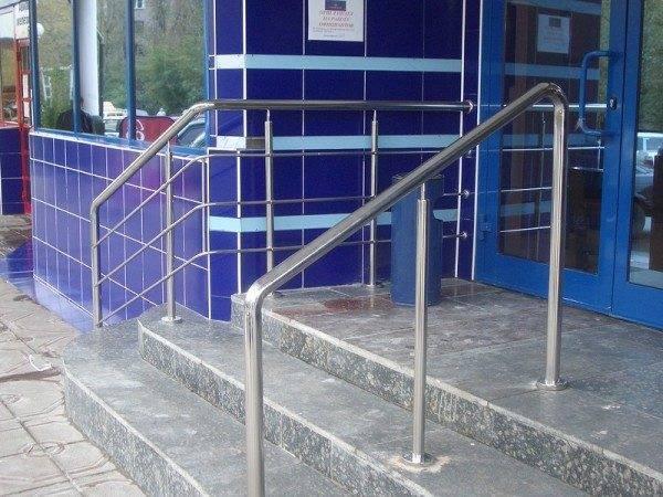 Полированная поверхность не боится непогоды – отличные ограждения для лестниц из нержавеющей стали
