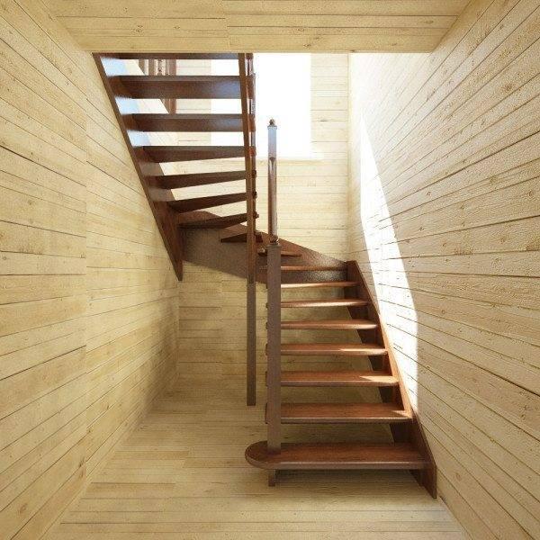 Поворотная деревянная лестница, расположенная в конце прихожей