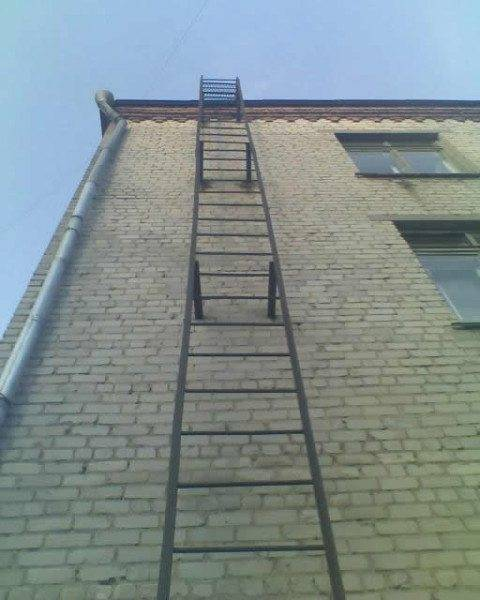 Пожарная лестница снаружи здания