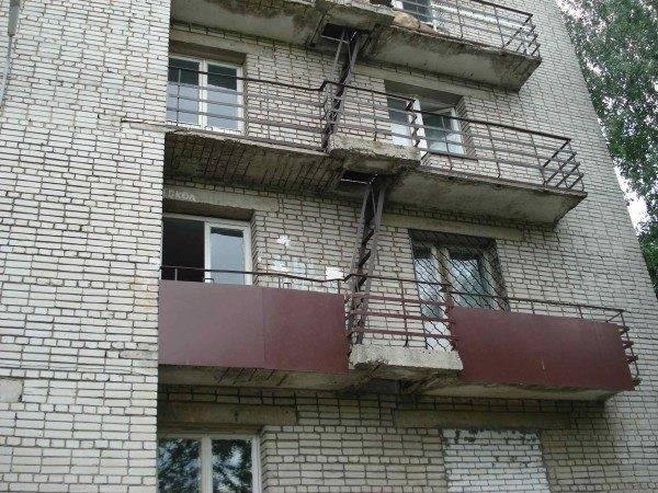 Пожарные лестницы, расположенные на балконах, в результате чего образуются площадки