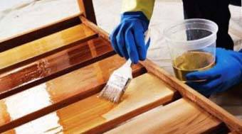 Правильно будет закончить производство деревянных лестниц, которые сделаны из натурального дерева отделкой маслом, лаком, которые защитят, но и сохранят его природную естественность