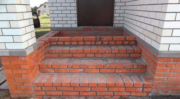 Правильно спроектированное крыльцо защитит помещения дома от грязи и осадков
