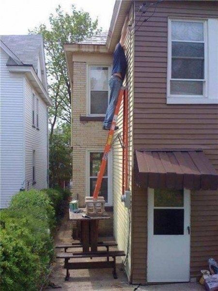 При работе на высоте не стоит пренебрегать требованиями техники безопасности, иначе это может привести к травме