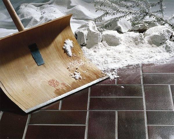 При уборке можно пользоваться любым инструментом. Следов он не оставит.