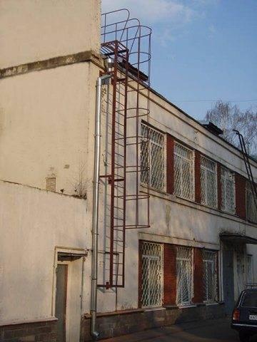 При установке на здания в несколько этажей обязательно предусматривается защитное ограждение.
