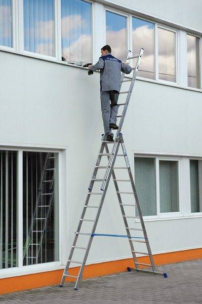 Применение лестницы при наружных работах