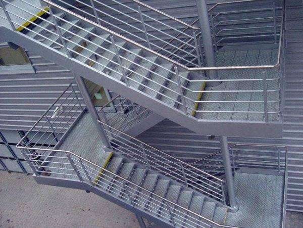 Пример наружной стационарной маршевой пожарной лестницы.