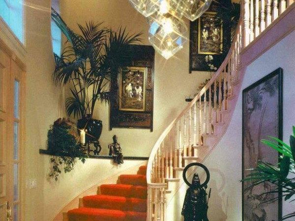 Пример украшения лестницы цветами