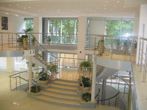 Проект дома с лестницей посередине – удобство и красота форм