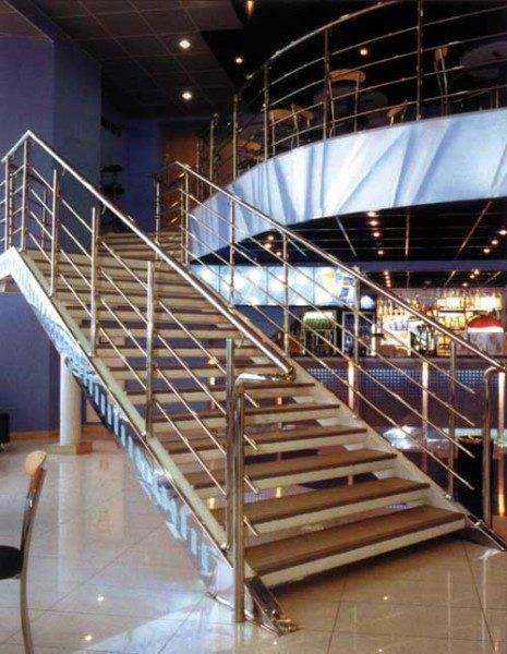 Проектирование лестницы, даже вот такой простой, как на фото, требует очень серьёзного подхода, а когда речь идёт о нагрузочной способности, то и специальных знаний