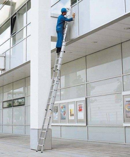 Произведение работ на лестнице, разложенной на максимальную длину, использующей в качестве опоры здание