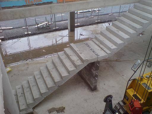 Производится установка лестничных маршей и площадок
