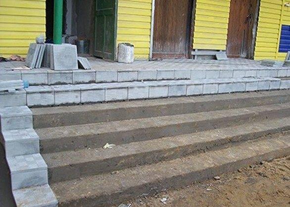 Проще всего выполнять подобные работы, если площадка сделана из бетона, особенно это относится к ступеням