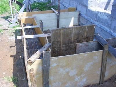 Простейший каркас конструкции можно изготовить из любых подручных материалов, главное, чтобы они были устойчивы к влажности и выдержали нагрузку раствора на стенки