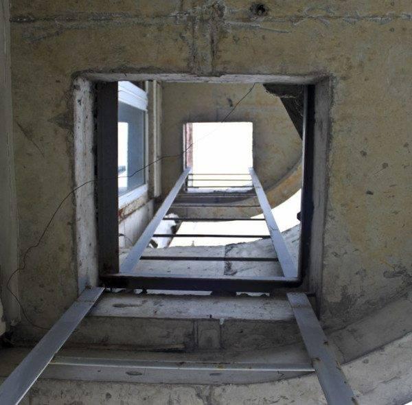 Противопожарная лестница на балконе. Аварийный выход.
