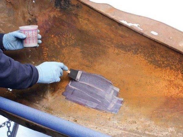 Процесс грунтовки металлического листа.