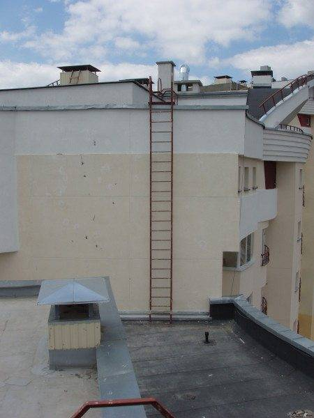 Прямая лестница без защиты от падения