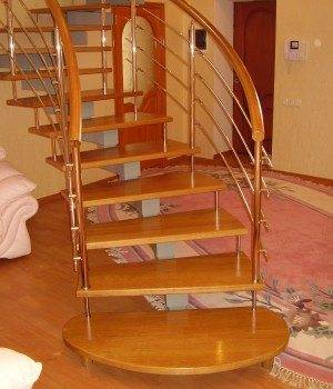 Пусть не обманывает эта видимая «воздушность» лестницы, нормы проектирования лестницы тщательно были соблюдены и здесь