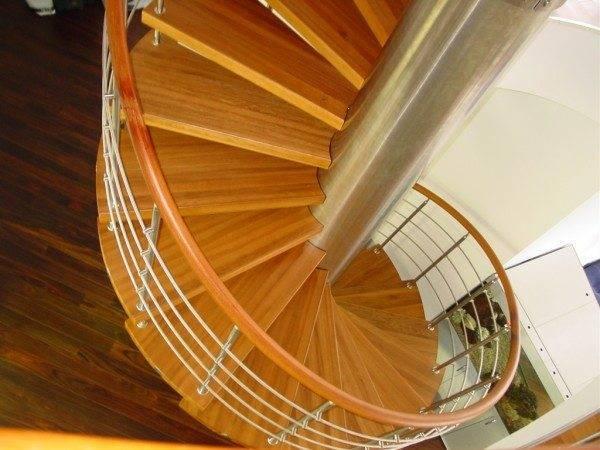 Расчет стоимости лестницы, тем более, такого качества, всё-таки задача профессионалов, без доверия и умения контролировать, здесь не обойтись
