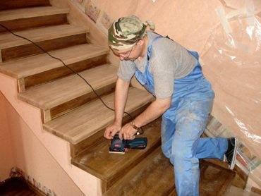 Шлифовка деревянной обшивки лестницы перед нанесением защитного покрытия