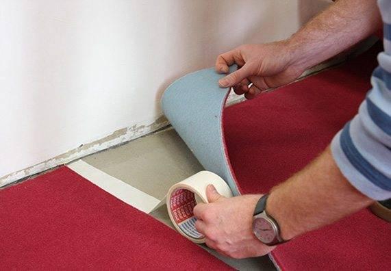 Скотч используют при укладке ковролина, однако и лестничные ковры можно крепить с его помощью.