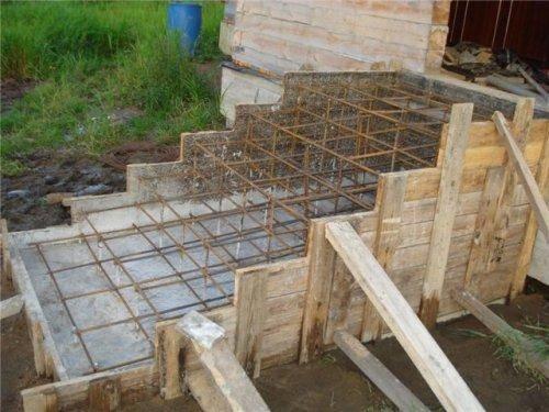 Соберите каркас из арматуры и сделайте деревянную опалубку, чтобы правильно залить крыльцо бетоном своими руками