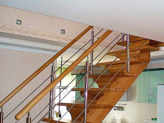 Согласитесь, лестница на фото из нержавеющей стали и дерева прекрасно вписывается в домашний интерьер
