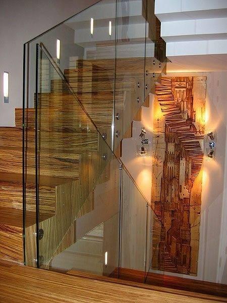 Современная модель с комбинацией стекла, металла и дерева.