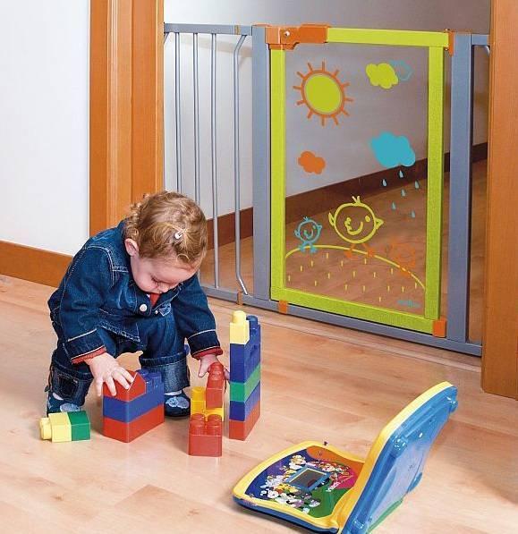 Современные материалы позволяют сделать дверцы от детей для лестниц не только надежными и безопасными, но и приятными для глаз.