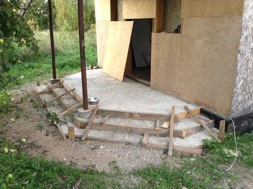 Сразу замурованные в бетон столбы будут стоять намного дольше и выдержат даже большие боковые нагрузки