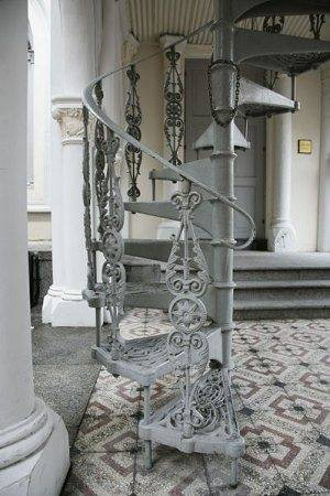 Старинная чугунная лестница