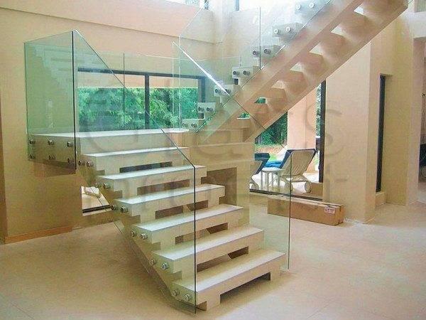 Стекло на лестнице