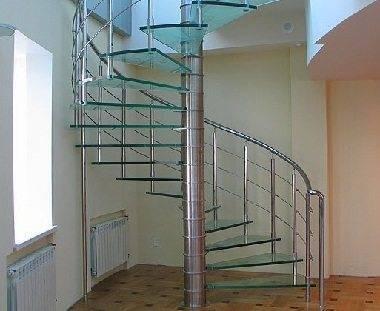 Стеклянная винтовая лестница – особый шик