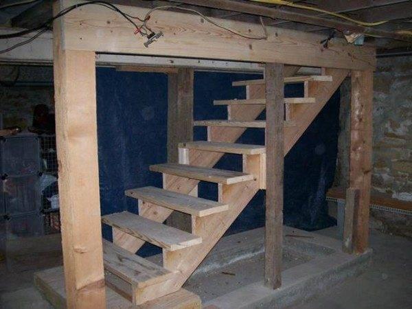 Строительство деревянной лестницы ведущей в подвальное помещение.