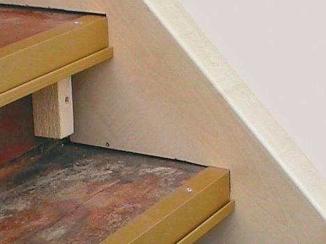 Ступени на фото окантованы металлическим уголком. Про сколы и неравномерный износ краев можно забыть.