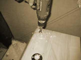 Сверлим отверстие для установки столбика.