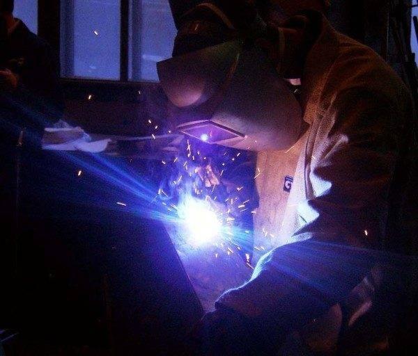 Светящиеся искры – это те самые брызги металла, которые невозможно убрать