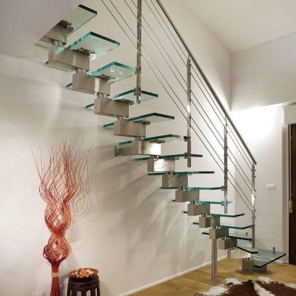 Такая лестница как будто «растворяется» в пространстве